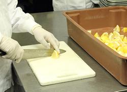 お弁当に合わせてフルーツを切ります。
